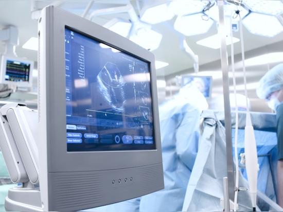 Assicurandosi che i dispositivi di plastica possano resistere alle procedure di disinfezione rigorose