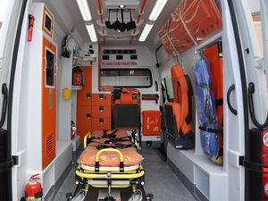 ambulanza per terapia intensiva / furgone / con compartimenti / furgoncino