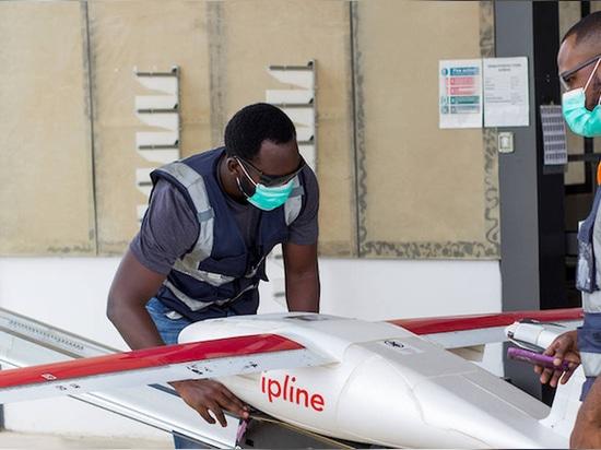 Un drone leggero decolla da uno dei centri di distribuzione di Zipline, con il pacchetto posizionato all'interno di un paracadute nella pancia del drone
